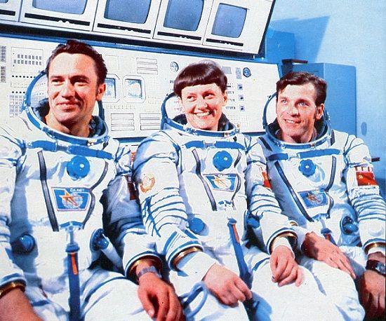 Во время запуска и приземления астронавты надевают подгузники для взрослых. К этому пришли методом проб и ошибок — один астронавт в своих воспоминаниях рассказывает, что однажды на заре космической эры запуск долго задерживался, и ему в конце концов разрешили помочиться в скафандр, что сбило все датчики. Да, кстати космический унитаз стоит около миллиона американских денег.