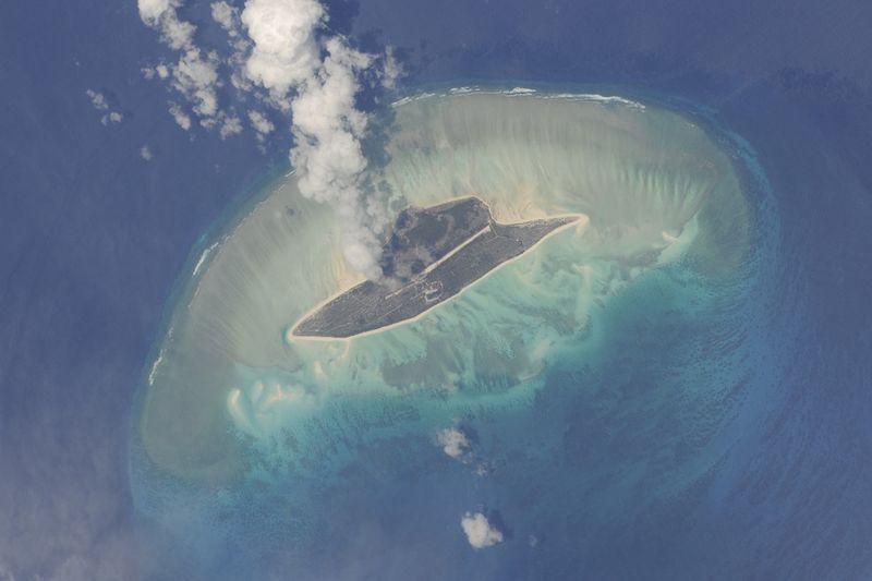 4. Остров Хуан де Нова в Мозамбикском проливе между Мадагаскаром и Африкой. Удивительная цветовая гамма этих мест может соперничать с видами Карибского моря.