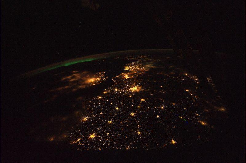 5. Северное сияние вдалеке в одну из прекрасных ночей над Европой. На фото отчетливо виден Дуврский пролив, впрочем, как и Париж, город огней. Небольшой туман над западной частью Англии, в частности, над Лондоном. Как же невероятно видеть огни городов и поселков на фоне глубокого космоса. Я буду скучать по этому вид на наш удивителный мир.