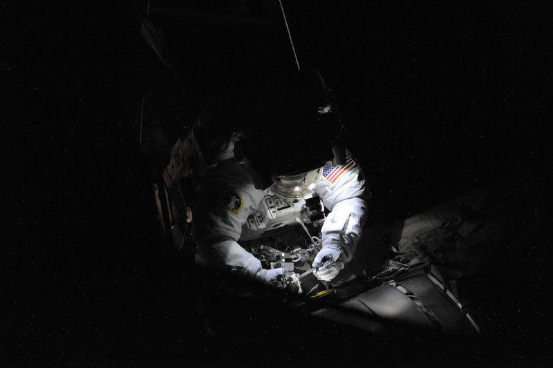 8. На скорости 28163 км/час (8 км в секунду)… мы вращаемся на орбите Земли, делая один оборот каждые 90 минут, и наблюдая закаты и рассветы каждые 45 минут. Так что половина нашего путешествия проходит в кромешной тьме. Для работы нам просто необходимы фонари на шлемах. На этом фото я подготавливаю ручку одного прибора … «M3 Ammonia Connector».