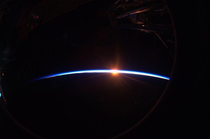 10. Еще один захватывающий закат. На орбите Земли мы каждый день видим 16 таких закатов, и каждый из них – по-настоящему ценен. Эта прекрасная тонкая голубая линия – то, что выделяет нашу планету среди множества других. В космосе холодно, а Земля – островок жизни в огромном темном море космоса.