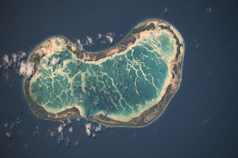 11. Прекрасный атолл в Тихом океане, сфотографированный с помощью 400-милимметрового объектива. Приблизительно в 1930 км к югу от Гонолулу.