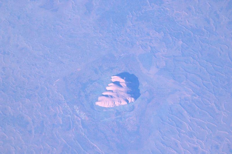 14. Чуть дальше на восток мы увидели священный монолит Улуру, более известный под названием скала Айерс Рок. У меня никогда не было возможности посетить Австралию, но когда-нибудь я надеюсь, что буду стоять рядом с этим чудом природы.