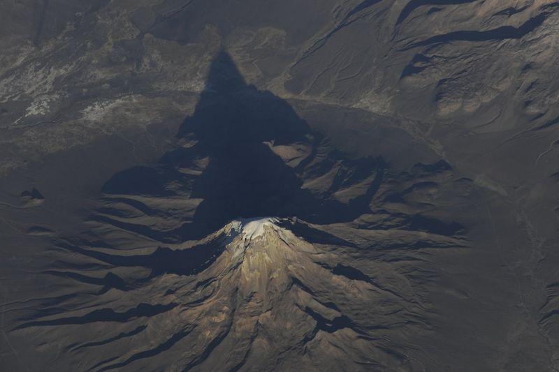 15. Утро над Андами в Южной Америке. Я не знаю наверняка название этой вершины, но просто был поражен ее волшебством, тянущимся к солнцу и ветрам вершинам.
