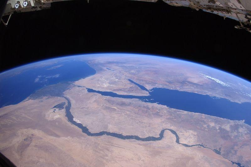 16. Над пустыней Сахара, приближаясь к древним землям и тысячелетней истории. Река Нил течет через Египет мимо пирамид Гизы в Каире. Далее, Красное море, Синайский полуостров, Мертвое море, река Иордан, а также остров Кипр в Средиземном море и Греция на горизонте.