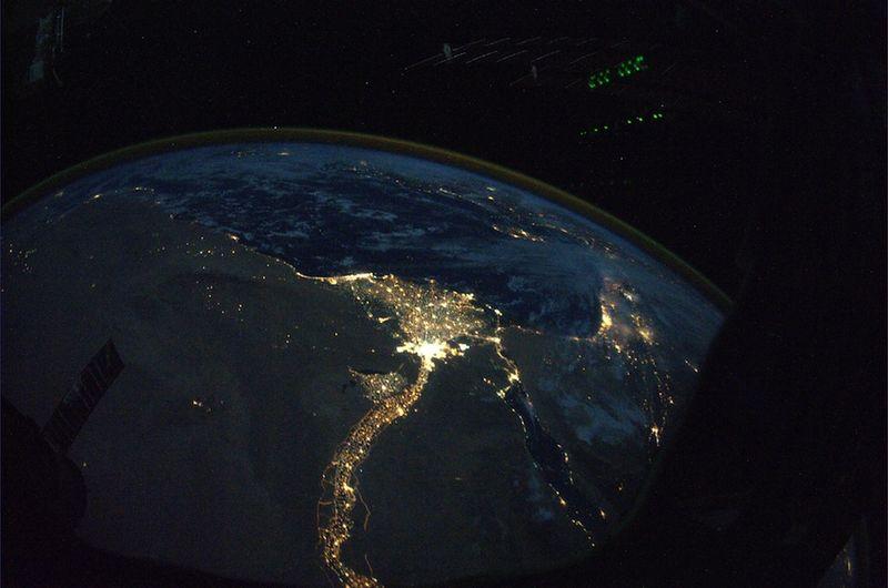 17. Ночной вид на реку Нил, тянущуюся змейкой через Египет к Средиземному морю, и Каир, расположенный в дельте реки. Какой контраст между темной безжизненной пустыней северной Африки и рекой Нил, на берегах которой кипит жизнь. Вдалеке на этом снимке, сделанном прекрасным осенним вечером, виднеется Средиземное море.