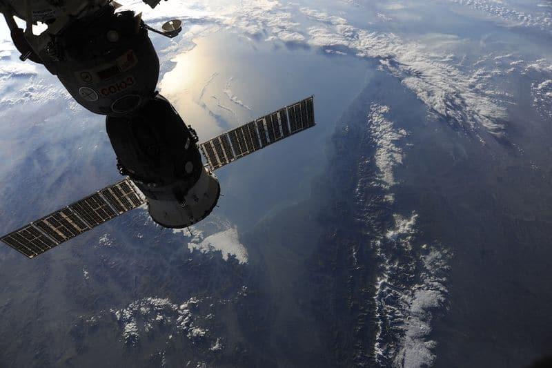 20. Модуль Союза 23C «Олимпус» состыкован со стороной надира МКС. Когда наша работа закончится здесь, мы вернемся домой, на Землю. Я подумал, вам будет интересно увидеть это зрелище через Купол. Мы пролетаем над заснеженными вершинами Кавказа. Восходящее солнце отражается от Каспийского моря.
