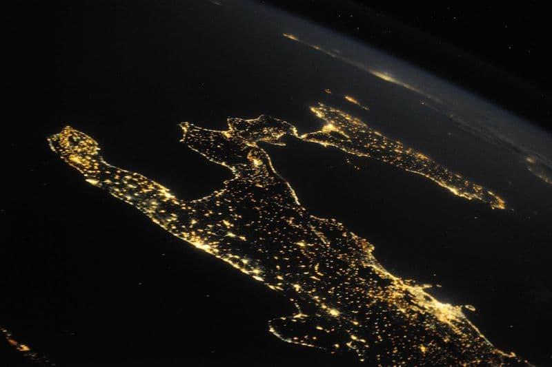 22. Вся красота Италии ясным летним вечером. Можно увидеть множество прекрасных островов, украшающих побережье, - Капри, Сицилия и Мальта. Неаполь и вулкан Везувий выделяются вдоль побережья.