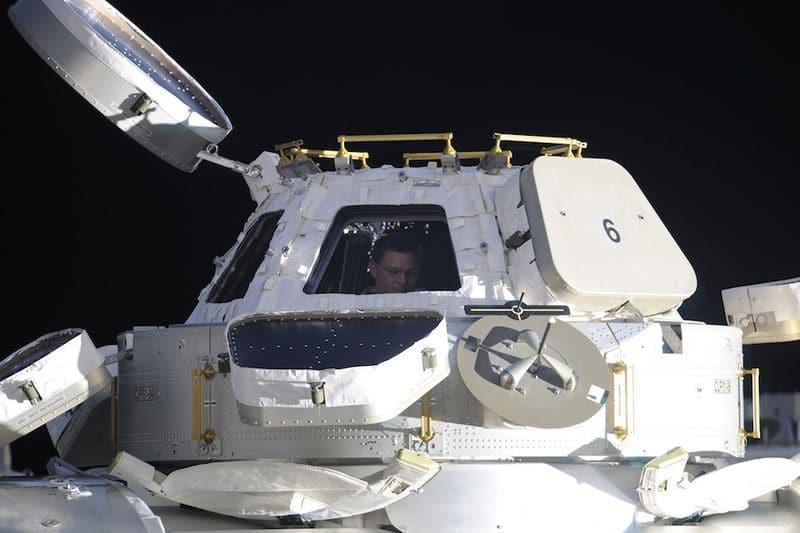 24. «Купол» на стороне надира станции дает панорамный вид нашей прекрасной планеты. Федор сделал этот снимок из окна российского стыковочного отсека. На этом фото я сижу в куполе, подготавливая фотоаппарат для нашего вечернего полета над ураганом Эрл.