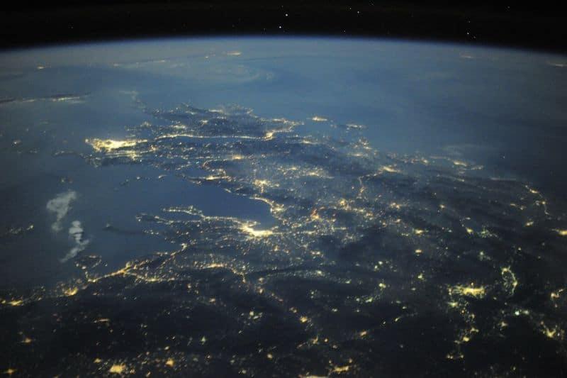 25. Греческие острова ясной ночью во время нашего полета над Европой. Афины ярко сияют вдоль Средиземного моря. Нереальное чувство возникает, когда видишь всю красоту древней земли из космоса.