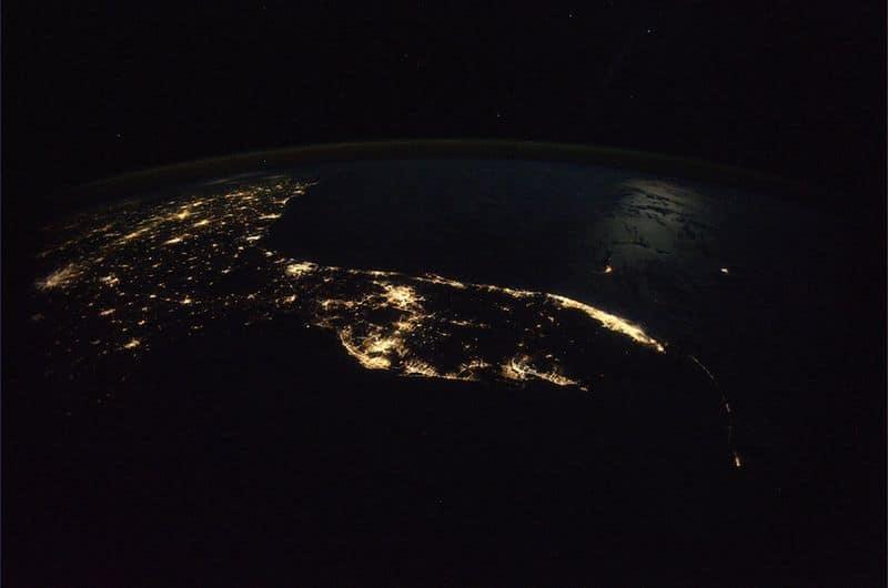 26. Флорида и юго-восточная часть США вечером. Ясный осенний вечер, лунный свет над водой и небо, усыпанное миллионами звезд.