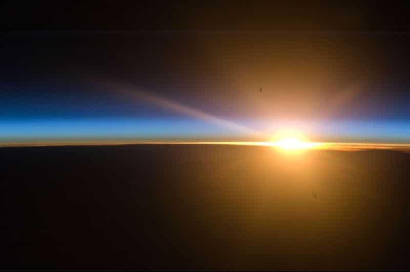 28. В это время года можно в полной мере насладиться красотой полярных мезосферных облаков. С помощью нашего высокого угла освещенности мы смогли запечатлеть тонкий слой серебристых облаков на закате.