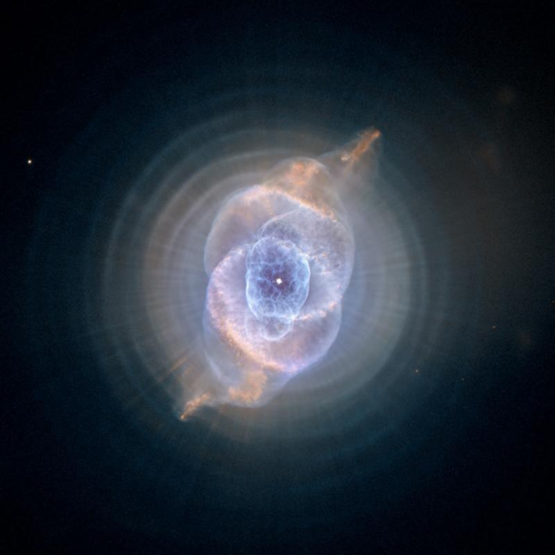 9. Планетарная туманность Кошачий Глаз в созвездии Дракона. Сложная структура этой туманности поставила перед учеными немало загадок.