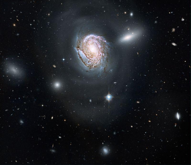 10. Спиральная галактика NGC 4911 в созвездии Волосы Вероники. В этом созвездии находится большое скопление галактик, называемое скопление Волос Вероники. Большинство галактик из этого скопления относятся к эллиптическому типу.