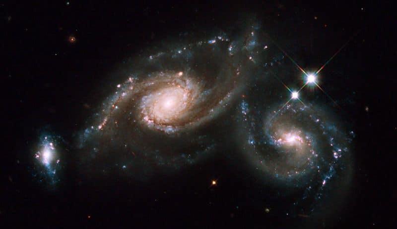 22. Триплет галактик Arp 274. В эту систему входят две спиральные галактики и одна неправильной формы. Объект находится в созвездии Девы.