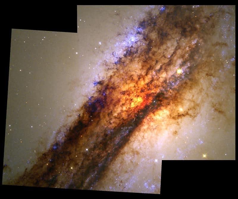 24. Галактика Центавр A. В этой галактике находятся источники мощнейшего радиоизлучения.