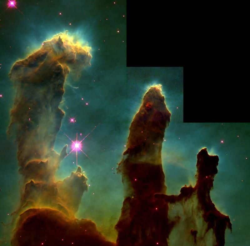 27. Знаменитые «Столпы Творения» в туманности Орел M16. Сегодня астрономы располагают данными, утверждающими, что примерно 6 тысяч лет тому назад взрыв сверхновой звезды уничтожил «Столпы Творения». Но туманность Орел находится на расстоянии 7 тысяч световых лет от Земли, поэтому мы сможем наблюдать «Столпы Творения» еще почти целую тысячу лет.