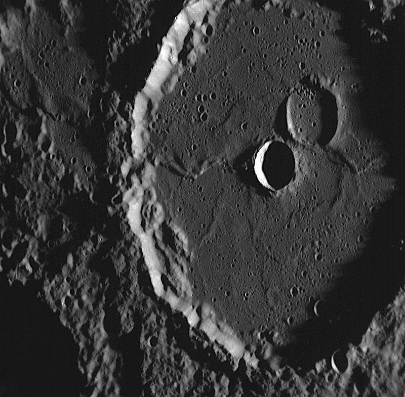 Кратер Machaut (Машо), примерно 106 км в диаметре, впервые был рассмотрен космическим <br> аппаратом Mariner 10 (Маринер 10) в 1970-х годах в момент, когда Солнце было в зените. <br> На изображении открываются новые удивительные детали кратера Machaut, которые удалось <br> получить во время второго полета аппарата Messenger к Меркурию. Косые солнечные лучи <br> благодаря тени выявили множество мелких кратеров и сложных геологических структур. <br> Самой большой кратер вблизи Machaut, как представляется, был затоплен потоками лавы, <br> схожими с теми, что заполнили сам кратер Machaut. Соседний кратер несколько меньше по <br> размеру и был образован в более позднее время, он имеет углубление в поверхности, <br> образованной лавой.<br>