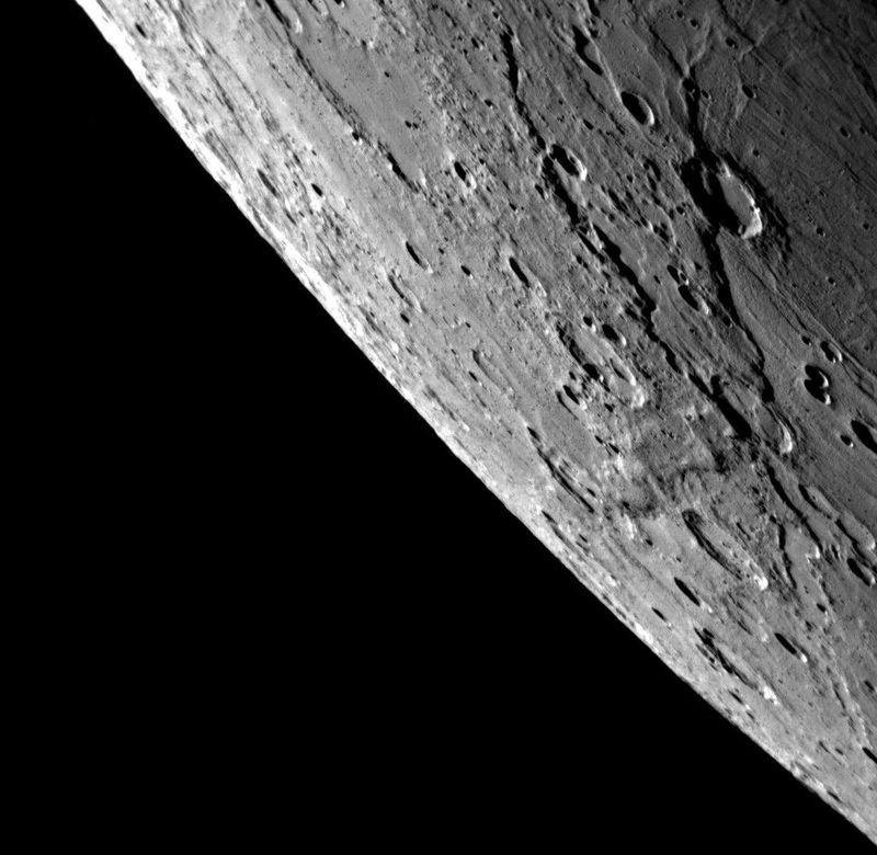 Cнимок сделан на узкоугольную камеру (NAC) за 58 минут до прохождения аппаратом Messenger <br> точки наибольшего сближения с Меркурием. Камера запечатлела крупным планом поверхность <br> планеты. Объекты на переднем плане в правой части изображения находятся близко к границе <br> света и тени на поверхности планеты, поэтому тени длинные и отчетливые. В этой части видны <br> два больших откоса (скалы). Скала, находящаяся ближе к Востоку, проходит также сквозь кратер, <br> что указывает на то, что она сформировался под воздействием процессов, повлиявших на <br> образование самого кратера. Соседние кратеры, как например в верхнем левом углу изображения, <br> заполнены ровным гладким материалом.<br>