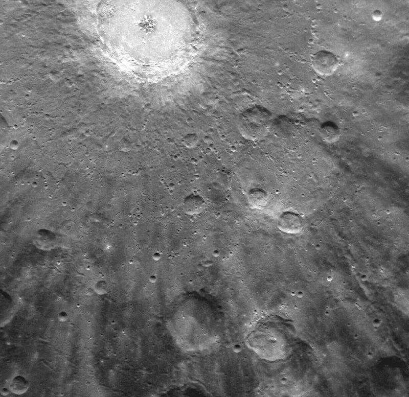 В верхней части изображения очень хорошо виден кратер Debussy (Дебюсси). В своей <br> экспедиции аппарат Messenger исследует магнитные поля и состав поверхности Меркурия.<br>