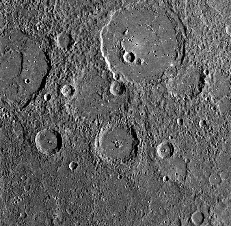 Cнимок сделан широкоугольной камерой (WAC) через 9 минут 14 секунд после максимального <br> сближения с Меркурием во время второго полета к планете. Большой кратер в верхней части <br> изображения достигает 133 км в диаметре и называется Polygnotus (Полигнотус).<br>