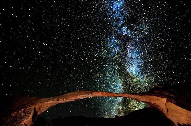 6. «Что особенно нравится, когда я делаю эти фотографии, так это ощущать приятную дрожь от одной мысли о том, какое место мы занимаем в этой системе вещей». На фото: Млечный путь над знаменитым парком Арки ясной прохладной ночью в Юте. (BRET WEBSTER / BARCROFT USA)