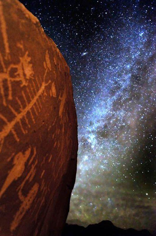 11. Прекрасный Млечный путь над различными наскальными рисунками, включая изображение многоножки. (BRET WEBSTER / BARCROFT USA)