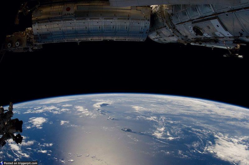2. Тихий океан, Гавайи<br>Алоха! Мы приближаемся к Гавайским островам с запада. Большой остров четко виден. Килауэа иногда называют «единственным в мире дорожным вулканом». Сейчас этот вулкан производит 250-650 тысяч ярдов лавы в день, чего достаточно, чтобы покрыть 32-километровое двухполосное шоссе в день. (NASA/ESA)