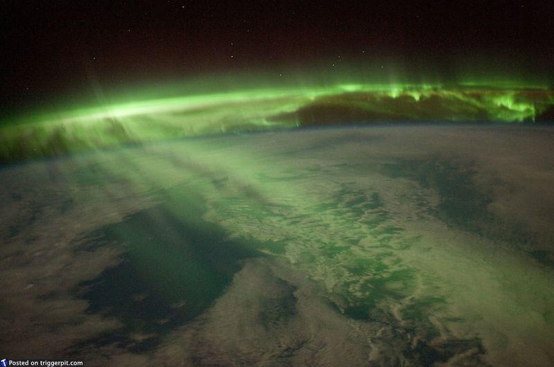 3. Южное сияние, Новая Зеландия<br>Кажется, нам не увидеть южное сияние изнутри. Это фото великолепно по нескольким причинам. Оно напоминает лазерное шоу – таинственное и прекрасное. (NASA/ESA)