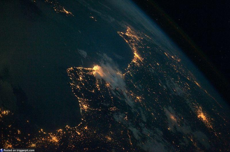 4. Восточное побережье Испании ночью<br>Восточное побережье Испании ночью, с Балеарским морем в виде темного пятна. Остров Майорка виден наверху слева. Глядя на ночную Барселону, вспоминаешь свой список желаний. Возможно, для кого-то одно из них – отправиться в Барселону на матч «Барселоны» против «Реал Мадрида». (NASA/ESA)