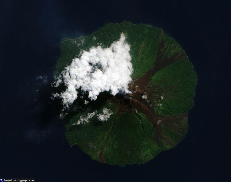 5. Вулкан Маннам, Папуа Новая Гвинея<br>Маннам, или Великий вулкан, всего 10 км в диаметре. Маннам – стратовулкан, состоящий из меняющихся слоев пепла, лавы и камней от предыдущих извержений. Это один из самых активных вулканов Папуа Новой Гвинеи, и иногда он становится причиной гибели людей, включая 13 смертей в декабре 1996 года, и еще четверых в марте 2007 года. А вообще, это фото похоже на отличную декорицю к какому-нибудь фильму, например, «Парк Юрского периода» или «Кинг Конг». (NASA/ESA)
