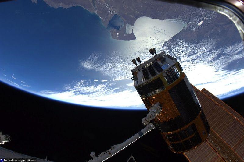 6. Международная космическая станция над восточным побережьем Аргентины. Иногда, глядя на эти фотографии, начинается головокружение. Только представьте, что вы находитесь на МКС, глядя на нашу планету вверх ногами – от одной этой мысли желудок выворачивает наизнанку. Здесь МКС над Атлантическим океаном у побережья Аргентины, точнее, над заливом Сан Матиас. (NASA/ESA)