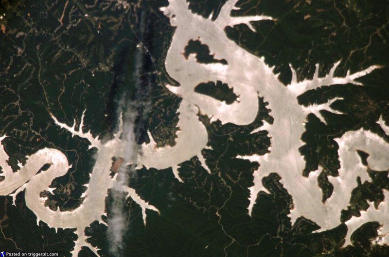 7. Озеро Бивер в Арканзасе, США<br>Озеро Бивер – искусственный водоем в горах Озарк, на северо-западе Арканзаса, где родилась Уайт Ривер. Даже несмотря на то, что искусственные водоемы иногда уничтожаются лесными пожарами, все же удивительно, как человечество меняет планету. (NASA/ESA)