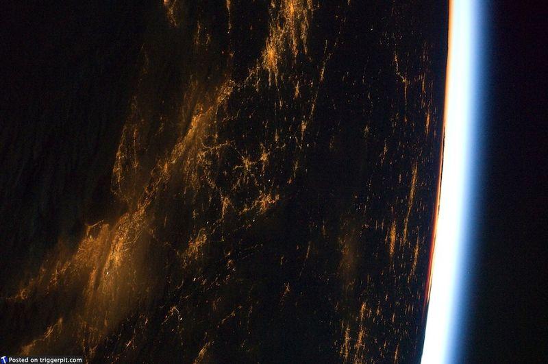 8. Восточное побережье США с последним лучом света на горизонте<br>Восточное побережье с Нью-Йорком и Лонг-Айлендом внизу слева. Последний луч света на горизонте просто удивителен. Чтобы увидеть все это своими глазами, нужно только 20 миллионов долларов… (NASA/ESA)