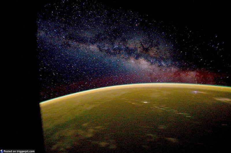 9. Земля и звезды<br>Так вот как выглядит Млечный путь, когда его не заслоняет свет ночных городов. Цитируя доктора МакКоя из «Стар Трека»: В этой галактике есть математическая вероятность существования трех миллионов планет типа Земли. А во вселенной три миллиона миллионов галактик, как эта. И в них, возможно, есть по одной версии нас самих». (NASA/ESA)