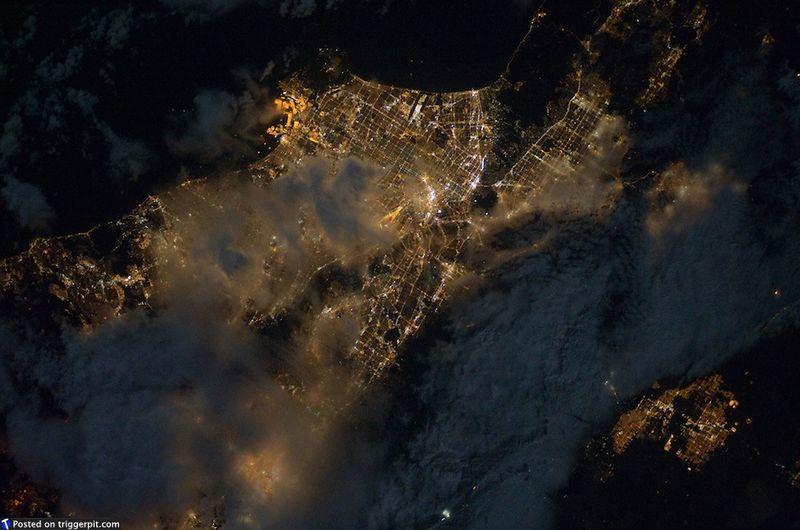 10. Ночные облака над Лонг-Бич, Калифорния<br>Прекрасное место – Лонг-Бич. Место, где можно найти «Королеву Марию» и «Аквариум Тихого океана». Но лучше всего здесь отправиться на прогулку по морю, где можно понаблюдать за серыми китами. Во время миграции они подплывают прямо к берегу. (NASA/ESA)