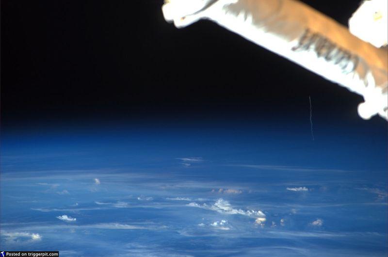 12. Запуск автоматического межорбитальный транспортного аппарата<br>Компания «Arianespace» и ЕКА запустили межорбитальный аппарат на МКС. Наверное, здорово подняться так высоко и видеть так далеко. Интересно, на каком расстоянии они находились друг от друга? (NASA/ESA)