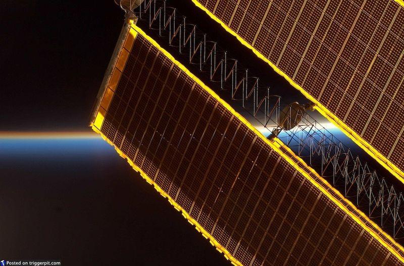 13. Солнечные панели МКС<br>Солнечные панели МКС просто волшебны. Когда солнце исчезает за горизонтом, последний солнечный свет окрашивает панели в удивительные цвета. (NASA/ESA)