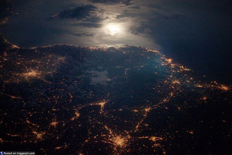14. Французская Ривьера ночью<br>Лазурный Берег не только супер-дорогой и супер-популярный, но и супер-красивый. А отражение луны в Средиземном море только усиливает эту красоту. Возможно, это единственное место, которое может сравниться с югом Калифорнии. (NASA/ESA)