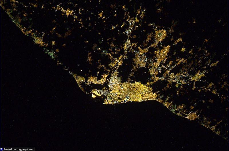 15. Яркие огни ночной Барселоны. (NASA/ESA)