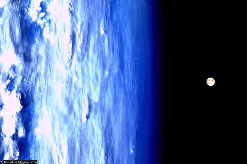16. Суперлуние<br>19 марта земляне могли наблюдать суперлуние – когда полная луна ближе всего приблизилась к нашей планете. Луна, сфотографированная из МКС, просто прекрасна, а на этом снимке выглядит даже немного жутковато. (NASA/ESA)