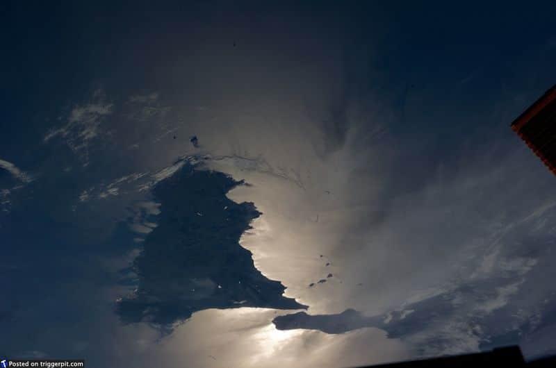 20. Сицилия, Италия<br>Сицилию прозвали родиной мафии благодаря фильмам «Крестный отец». Но на самом деле это красивый и волшебный остров, полный страстных людей, любящих музыку и еду, и кто-то из них смело живут в тени вулкана Этна. На этом снимке неясно, что отражается от Средиземного моря – солнечный или лунный свет. В любом случае, снимок удивительный. (NASA/ESA)