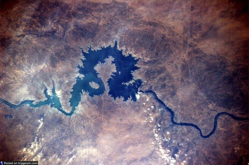 21. Озеро Кадисия на реке Евфрат, образовавшееся благодаря плотине Хадитха. Из космоса она похожа на китайского дракона, готового броситься в атаку. В Ираке много красивых мест, доступ к которым, к сожалению, закрыт из-за непрекращающегося конфликта и войны. Возможно, когда-нибудь мы сможем отправиться туда и в другие исторические места. (NASA/ESA)