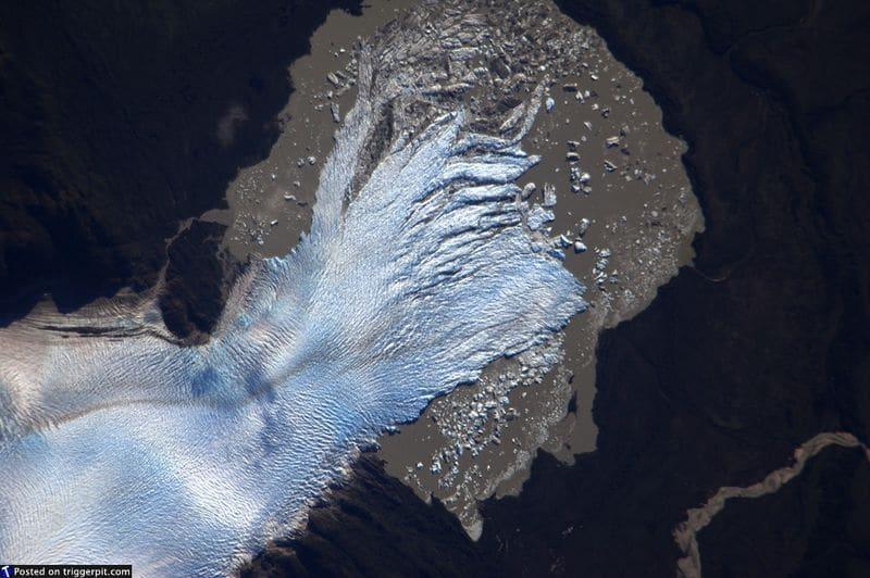23. Ледник Сан Квинтин, Чили<br>Ледник Сан-Квинтин – крупнейший ледник в Чили. Как и многие ледники по всему миру в 20-ом веке, этот начал терять массу и постепенно уменьшаться в размерах. Естественный ход вещей или последствия действий человека? Не стоит об этом думать, лучше просто насладиться красотой волшебного ледника. (NASA/ESA)