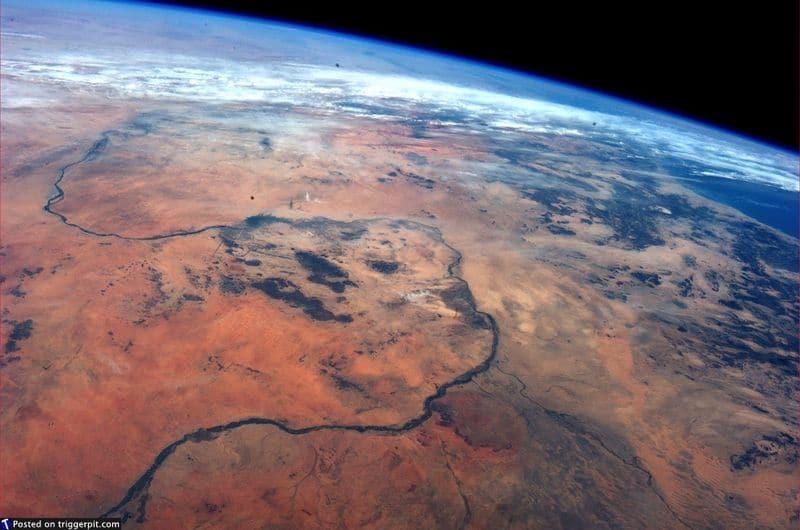 25. Река Нил<br>Нил – удивительная река Северной Африки – самая длинная река в мире (6650 км). Внизу снимка можно увидеть место, где Голубой Нил сливается с Белым Нилом. (NASA/ESA)