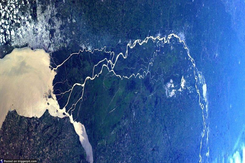 26. Буэнос-Айрес, Аргентина, Ла-Плата<br>Ла-Плата – эстуарий, образованный при слиянии рек Уругвай и Парана на границе Аргентины и Уругвая. Фото похоже на картину с серебристой веной, ведущей от большого сердца слева. Очень экзотическое место, почти иноземное. (NASA/ESA)