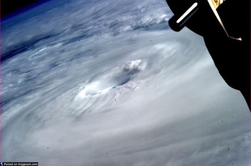 27. Циклон Диана у месеро-восточного побережья Австралии<br>В метеорологии циклон – это область закрытого круглого движения, вращающаяся в том же направлении, что и Земля. Мы и раньше видели фотографии циклонов и ураганов, но если присмотреться, на этом снимке можно разглядеть планету внизу. Взгляните в центр «глаза». Голубая нить, но все же это прекрасно. (NASA/ESA)
