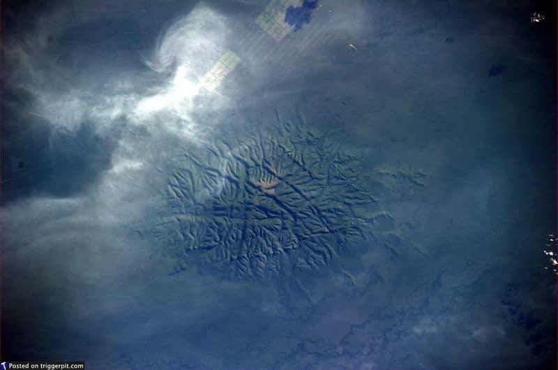 29. Национальный парк Чако, Парагвай<br>Чако – это равнина площадью примерно один миллион кв.км. Она захватывает части Боливии, Парагвая, Бразилии и Аргентины. Облака по краям превращают планету в низу в чешую огромной ящерицы. Может, где-то там затаилась Годзилла? (NASA/ESA)