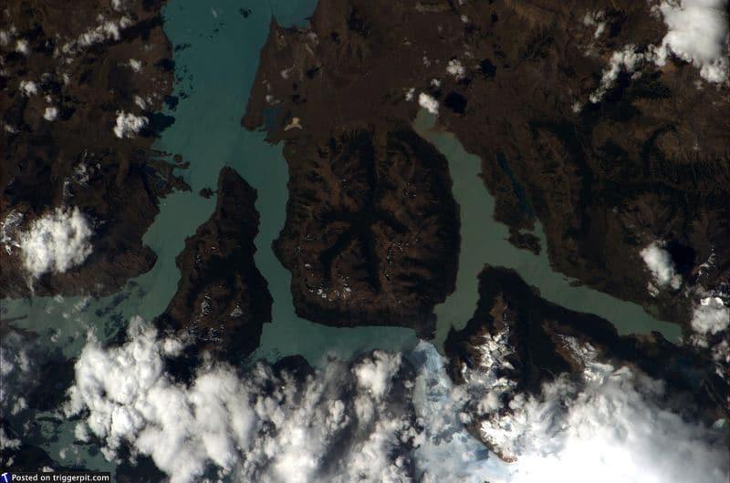 30. Национальный парк Лос-Гласьярес, Аргентина<br>Озеро Аргентино в провинции Патагонии Санта-Крус. Это крупнейшее озеро в Аргентине площадью 1466 кв.км. Но если хорошенько присмотреться, можно увидеть очертания тела. Как будто кто-то упал с неба и оставил вмятину. (NASA/ESA)