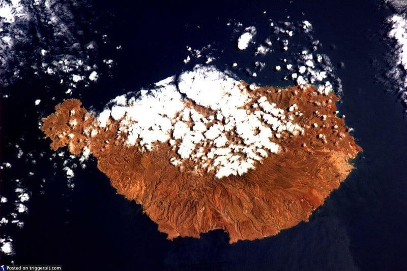 31. Сантьяго, Кабо Верде<br>Кабо Верде – это архипелаг из 10 островов, расположены в центре Атлантического океана, в 570 км от побережья Западной Африки. Даже несмотря на то, что в названии есть слово «зеленый», кажется, это место немного суховато. Сантьяго – крупнейший остров архипелага, на юго-востоке он немного плоский. Трансконтинентальная торговля рабами сделала Сидаде Велха вторым самым богатым городом в португальском королевстве. (NASA/ESA)